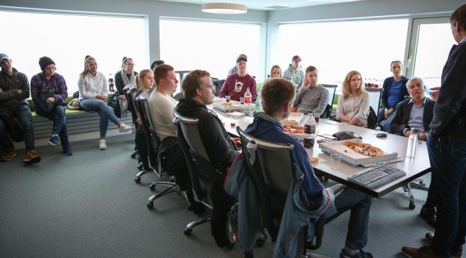 Studenter hos Oshaug Metall fikk servert pizza og brus mens Stein Berg Olsen forteller om bedriften. Foto: Andreas Hustad