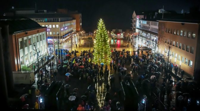 Numerous kids and their parents braved the pouring rain and gathered in front of Molde's town hall to celebrate the enlightening of the Christmas tree. Photo: Eduardo Perdigão Drapier