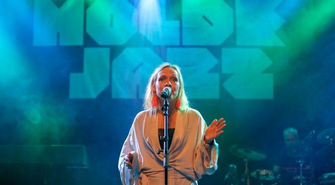 Anneli Drecker fra Bel Canto på scenen i Alexandraparken. Foto: Andreas Hustad