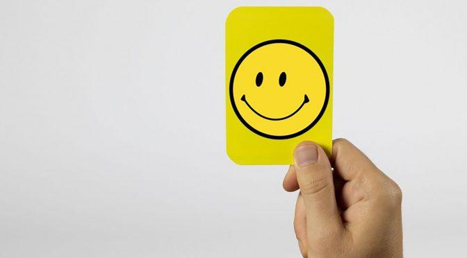 Smilefjes og gule kort