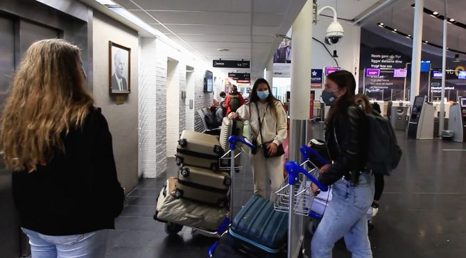 Se studentvertene i aksjon på flyplassen